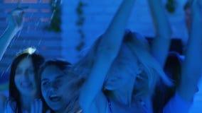现代青年跳舞和跃迁公司对迪斯科聚会在夜间 影视素材