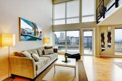 现代顶楼公寓客厅内部。 免版税库存图片