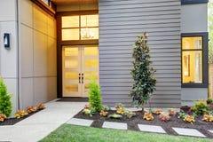 现代风格家词条门廊在Bellevue 免版税图库摄影