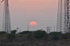 现代风车和日落在thar离开Jaisalmer拉贾斯坦印度 免版税库存图片