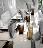现代餐桌设置 免版税图库摄影