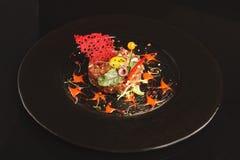 现代餐馆盘 小牛肉鞑靼与鹌鹑蛋特写镜头 免版税库存照片