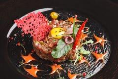 现代餐馆盘 小牛肉鞑靼与鹌鹑蛋特写镜头 库存照片