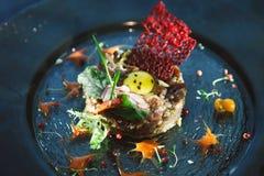 现代餐馆盘 小牛肉鞑靼与鹌鹑蛋特写镜头 库存图片