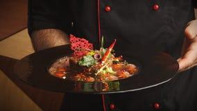 现代餐馆盘 小牛肉鞑靼用鹌鹑蛋 库存图片
