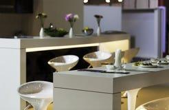 现代高凳在厨房里 免版税库存照片