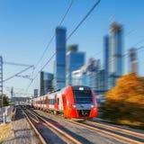 现代高速火车在商业中心背景移动 库存照片