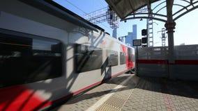 现代高速火车` Lastochka ` 莫斯科铁路Shelepikha驻地,俄罗斯的一点圆环 影视素材