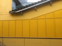 现代黄色墙壁 库存图片