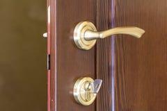 现代,当代缎金属把柄和一把钥匙在锁在w 库存图片