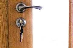 现代,当代缎金属把柄和一把钥匙在锁在w 库存照片