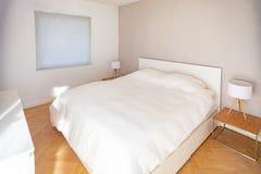 现代,minimalistic卧室 免版税图库摄影