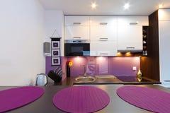 现代紫色厨房内部 免版税库存照片