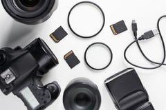 现代dslr照片照相机、透镜和设备顶视图  免版税库存照片