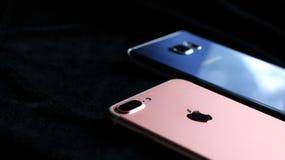 现代iPhone和一个现代机器人电话 免版税库存图片