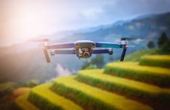 现代RC寄生虫/Quadcopter与照相机飞行在米调遣t 免版税库存图片