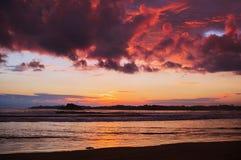 现出了轮廓海滩在日落时间 图库摄影