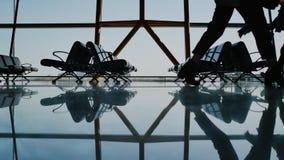 现出轮廓乘客走与行李的小组在机场 影视素材
