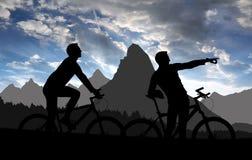 现出轮廓二个骑自行车者 库存照片