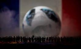 现出轮廓人群在一个大被弄脏的足球 创造性的概念 免版税库存图片