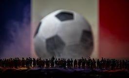 现出轮廓人群在一个大被弄脏的足球 创造性的概念 库存图片