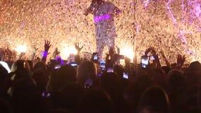 现出轮廓人群的人用跳舞的手 在实况音乐节日的音乐会人群 股票录像