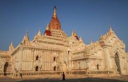 现出轮廓传球手在阿南达寺庙, Bagan,曼德勒,曼德勒地区,缅甸 免版税图库摄影