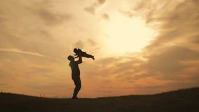 现出轮廓使用在草甸的父亲和小儿子在日落时间 r 股票视频