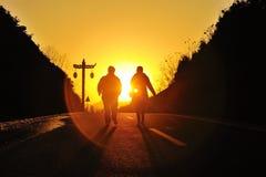 现出轮廓在日落的夫妇 图库摄影