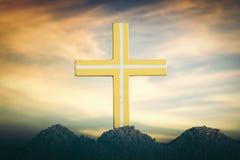 现出轮廓在日落背景的十字架 库存图片