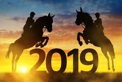 现出轮廓在跳进新年的马的车手2019年 免版税库存图片