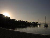 现出轮廓的日落游艇 库存照片