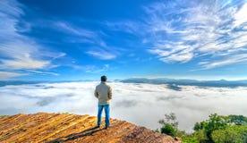 现出轮廓站立在一个高小山风景农村故乡的年轻人 图库摄影
