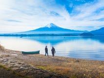 现出轮廓亚洲夫妇旅客30s对走的40s并且放松在 免版税库存图片