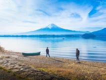 现出轮廓亚洲夫妇旅客30s对40s,对他的gir的男孩步行 免版税图库摄影
