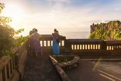 现出轮廓享受惊人的顶视图的夫妇人在Uluwatu寺庙,巴厘岛,印度尼西亚 库存图片