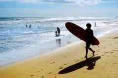 现出轮廓冲浪者 巴厘岛 库存图片