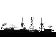 现出轮廓在屋顶的各种各样的通信设备在白色背景 图库摄影