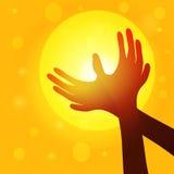 现出轮廓在鸠形状的手在日落, worl背景的  免版税库存照片