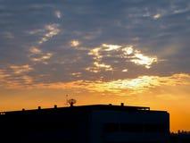现出轮廓大厦在日落和多云在曼谷 图库摄影