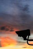现出轮廓安全CCTV照相机有美好的日落背景 免版税库存图片