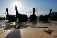 现出轮廓小船泰国在美丽的奇迹海滩&水晶分类 免版税图库摄影