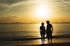 现出轮廓幸福和爱夫妇伙伴浪漫场面  库存图片