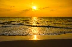现出轮廓日落在海滩 免版税图库摄影