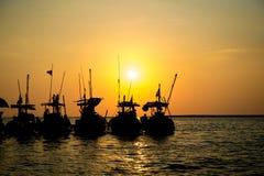 现出轮廓有日落的地方小船在pangnga,泰国 免版税库存照片