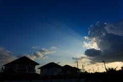 现出轮廓村庄郊区房子有美丽的天空的 免版税库存照片