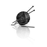 现出轮廓毛线丝球与编织针的并且钩编编织物 库存照片