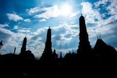 现出轮廓泰国塔照片有太阳射线、天空和云彩的 免版税库存照片