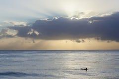 现出轮廓的冲浪者海洋 库存照片