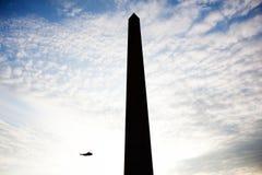 现出轮廓的华盛顿纪念碑和海军陆战队员一直升机 免版税库存图片
